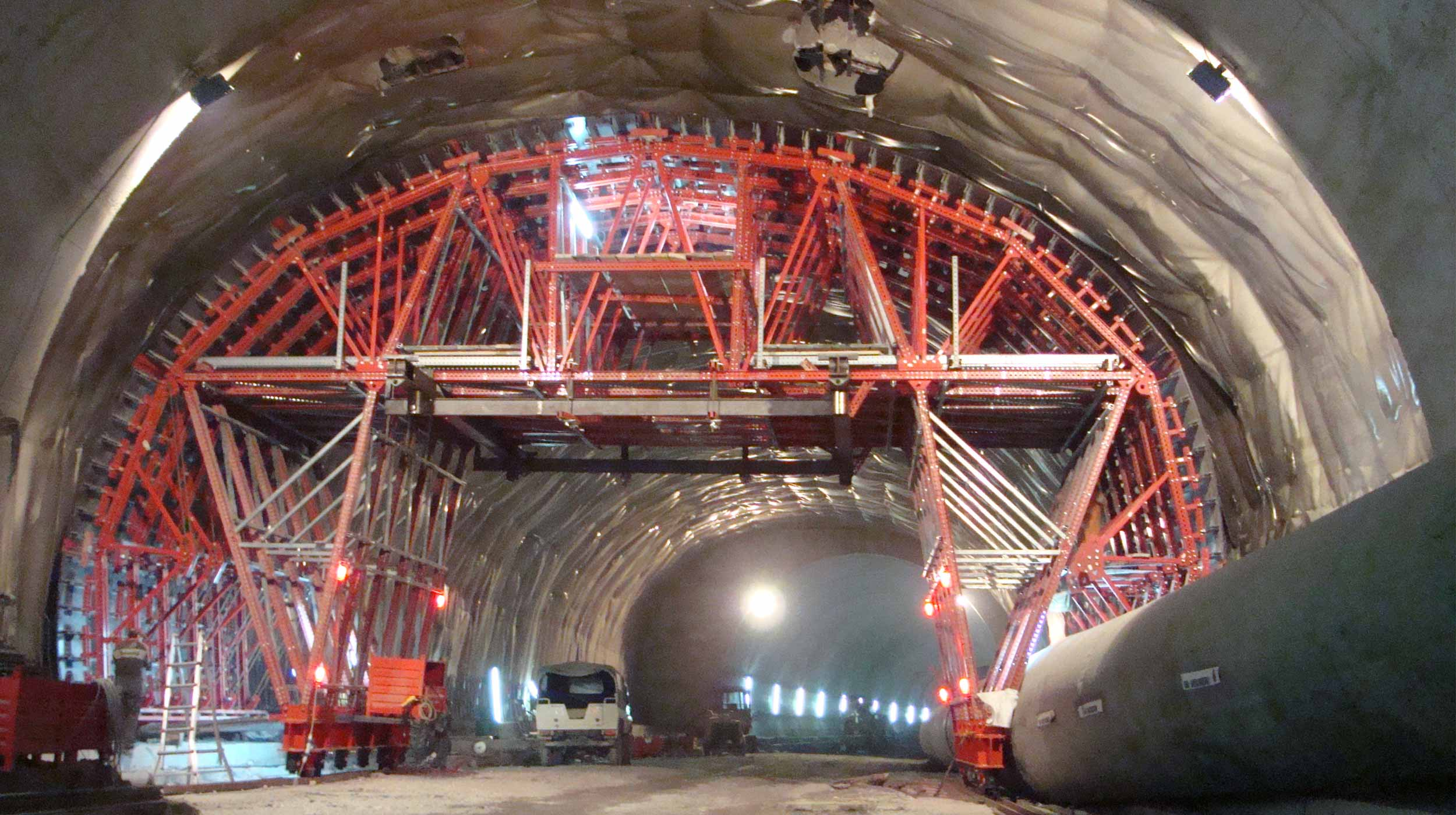 La ejecución de este túnel, sobre todo por su anchura, ha supuesto un gran avance en la circulación del tráfico en la zona de Pesaro.