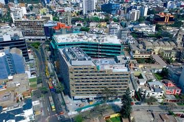 Dos construcciones en el distrito empresarial de Lima